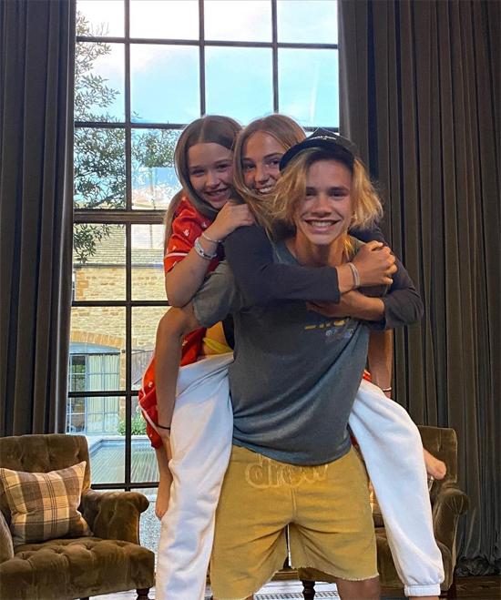 Romeo cõng cả người yêu Mia Regan và em gái. Ảnh: Instagram.