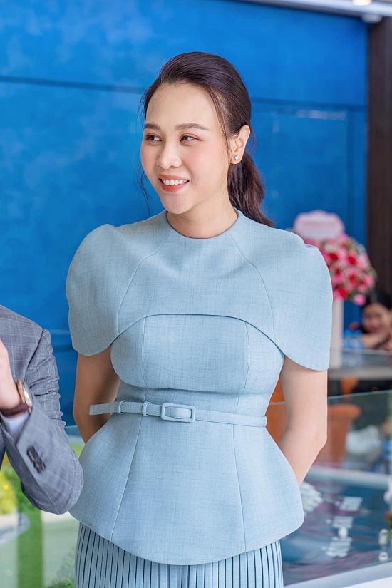 Cô cũng thu hút sự chú ý với nhan sắc rạng rỡ sau hơn hai tháng sinh con gái Suchin.