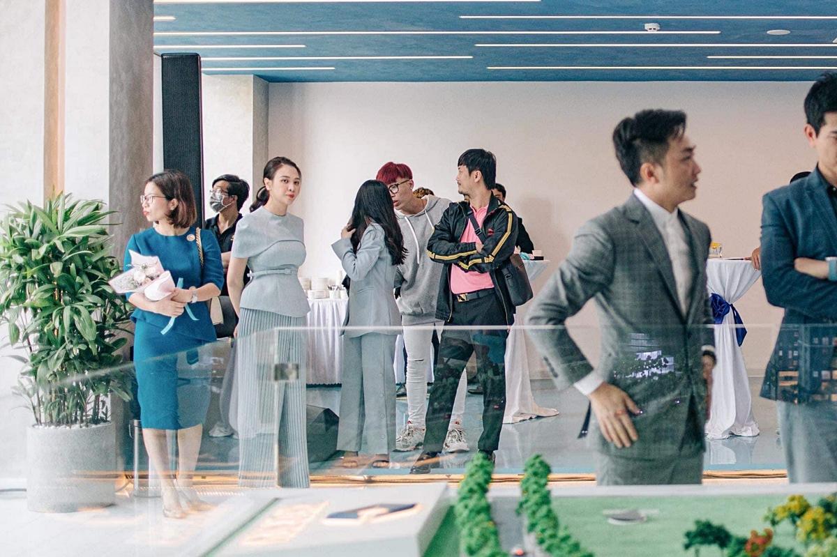 Trong lúc ông xã bận rộn làm việc, Đàm Thu Trang âm thầm đứng xa theo dõi. Từ ngày kết hôn, cô cũng cố gắng theo chồng học hỏi nhiều kinh nghiệm kinh doanh và giúp anh