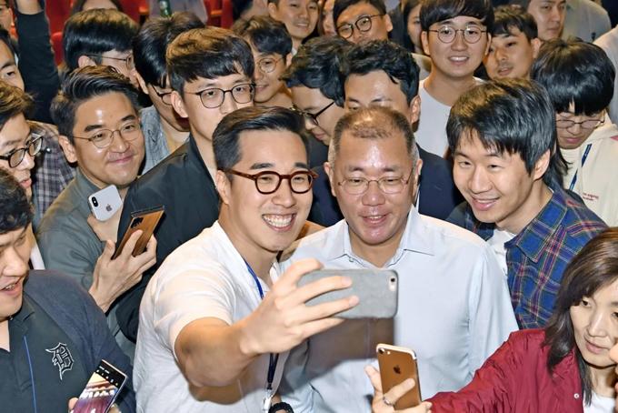 Văn hóa làm việc đang thay đổi ở Hàn Quốc khi những quản lý cao cấp thân thiện với nhân viên hơn. Ảnh: Nikkei Asian Review.