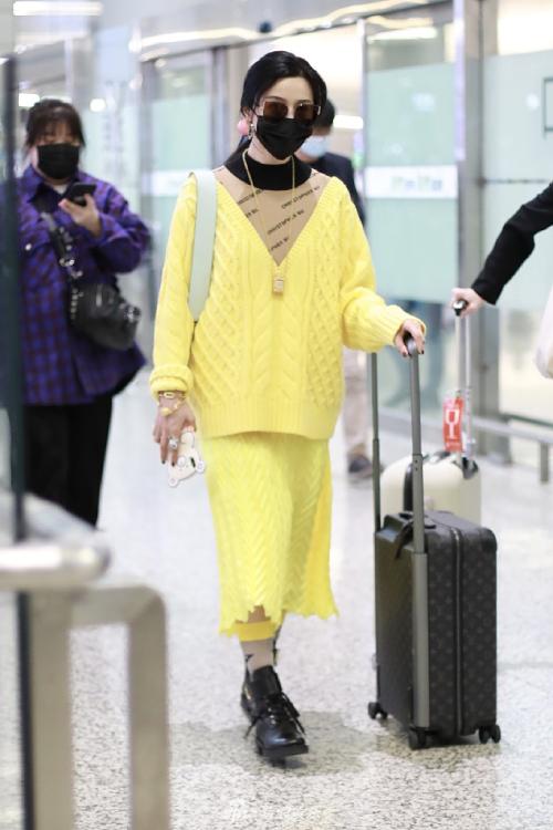 Thời trang nổi bật rực rỡ giúp Phạm Băng Băng gây nhiều chú ý tại sân bay, bất chấp việc đeo khẩu trang kín mặt. Trên ngón tay cô là chiếc nhẫn với kiểu dáng lạ mắt, cùng phụ kiện cá tính. Gần 1 năm sau scandal trốn thuế, Băng Băng đang ra sức lấy lại hình ảnh trước công chúng.