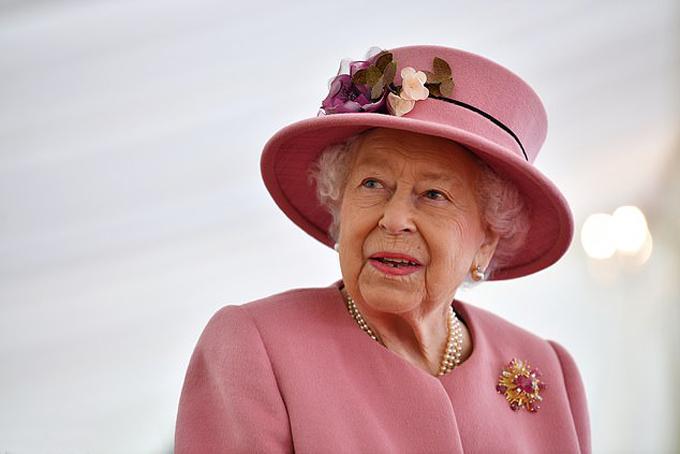 Nữ hoàng Anh Elizabeth II thăm Phòng thí nghiệm Khoa học và Công nghệ Quốc phòng hôm 15/10. Ảnh: Reuters.