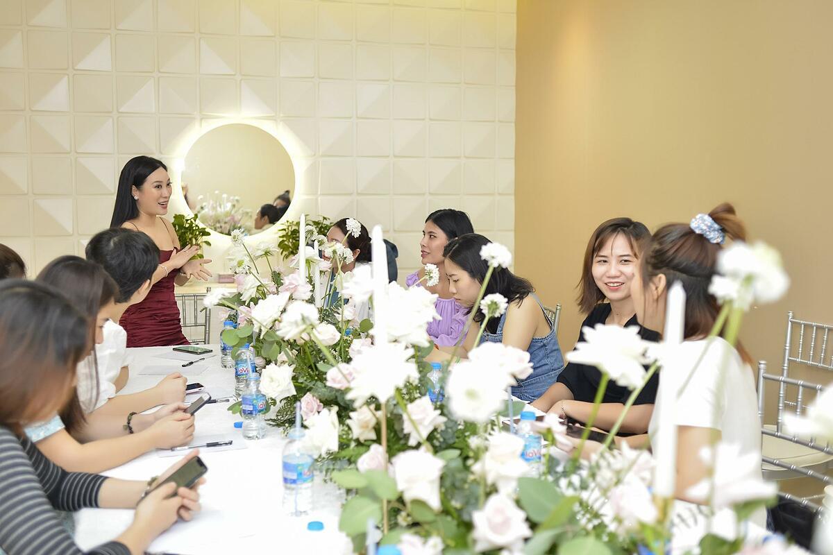 Các chị em tham gia buổi chia sẻ về chế độ ăn Eat Clean.