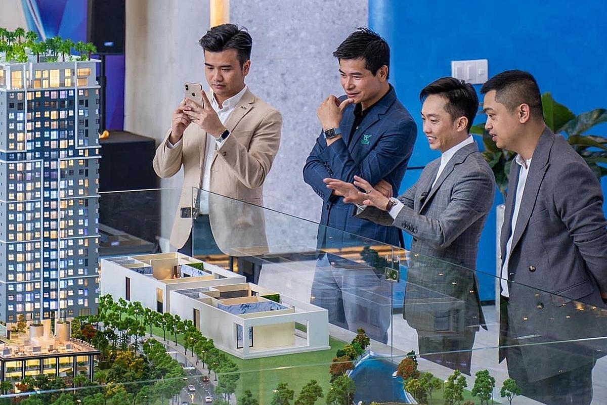 Sau phần làm lễ, Cường Đôla giới thiệu với đối tác về các dự án bất động sản tiềm năng của tập đoàn.