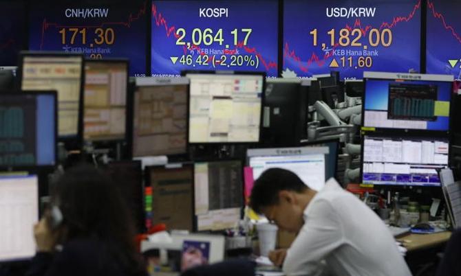 Nhiều người trẻ Hàn Quốc đã đầu tư vào cổ phiếu với hi vọng có thể kiếm được tiền để mua nhà, nghỉ hưu. Ảnh: EPA.