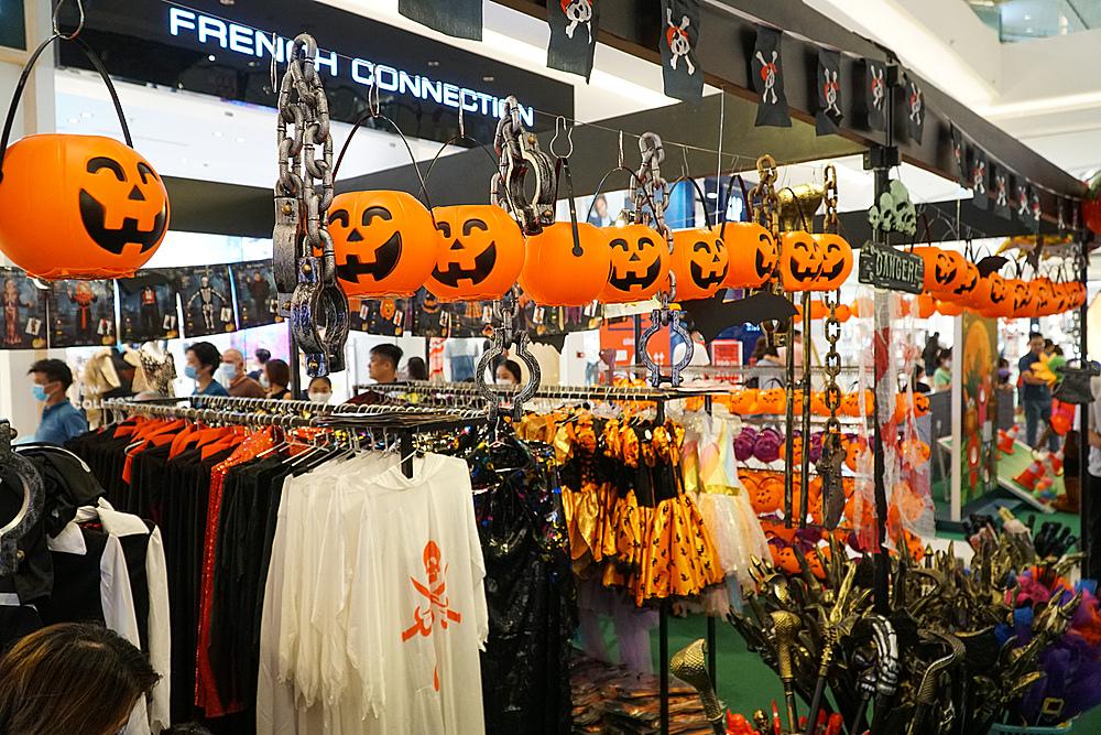 Đến gian hàng Halloween tại Crescent Mall, khách tham quan có thể tậu cho mình bộ cánh để chào mừng lễ hội sắp tới.