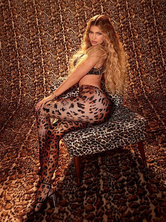 Vào đầu tuần, Kylie cũng tung hình ảnh sexy quảng bá dòng mỹ phẩm mới. Kylie vừa quyến rũ, vừa hoang dã với bra và quần legging da báo.