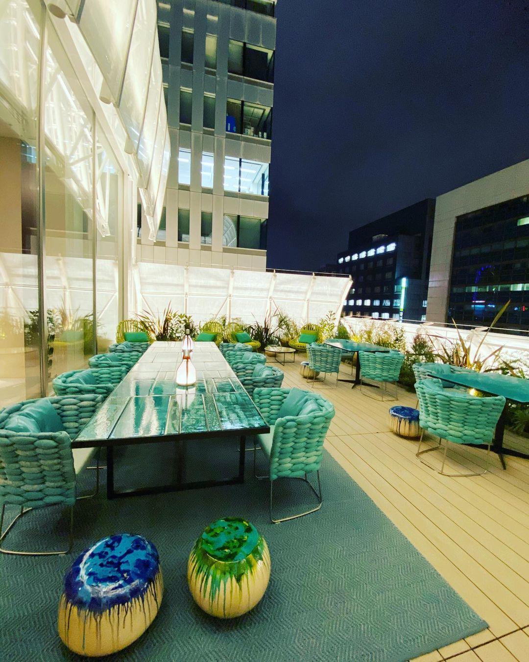Hoặc chọn bàn trên sân thượng thoáng đãng. Khu vực ngoài trời được thiết kế như một khu vườn nhỏ với tông màu xanh chủ đạo. Trên instagram, nó là một trong những điểm check-in được phái nữ xứ sở hoa anh đào yêu thích vào mùa hè năm nay. Chỗ ngồi có thể ngắm phố, mang đến cảm giác thư giãn.