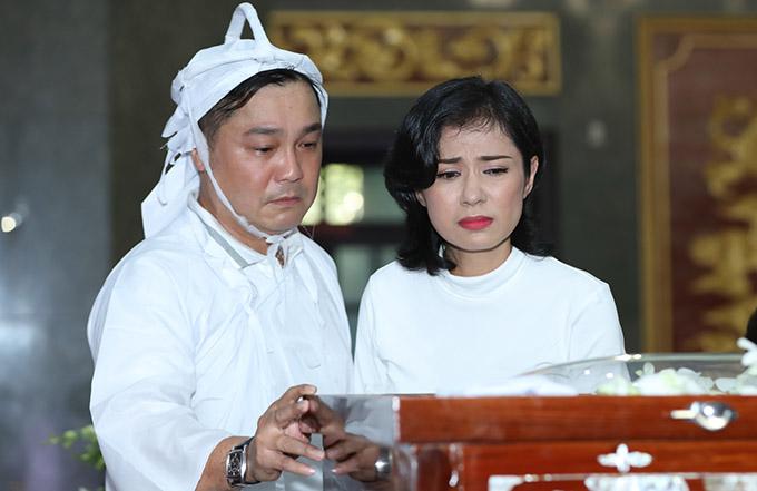 Việt Trinh - bạn diễn thân thiết của Lý Hùng từ thập niên 1990 - đến chia buồn với gia đình anh. Cô đau xót nhìn mặt nghệ sĩ Lý Huỳnh lần cuối.