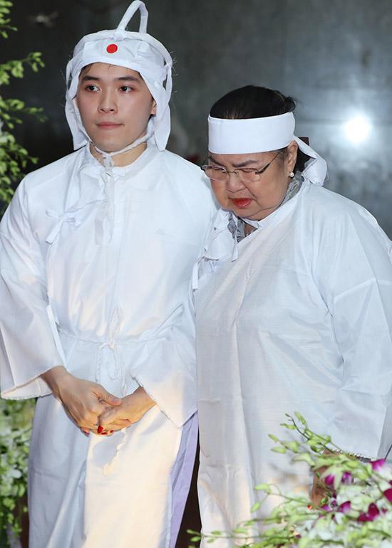 Vợ Lý Huỳnh được một người cháu dìu trong đám tang chồng.