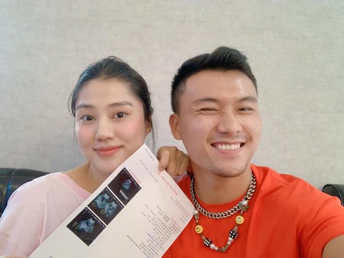 Vợ chồng Trúc Thanh - Xuân Phúc hào hứng khoe tin vui tới bạn bè, các fan.