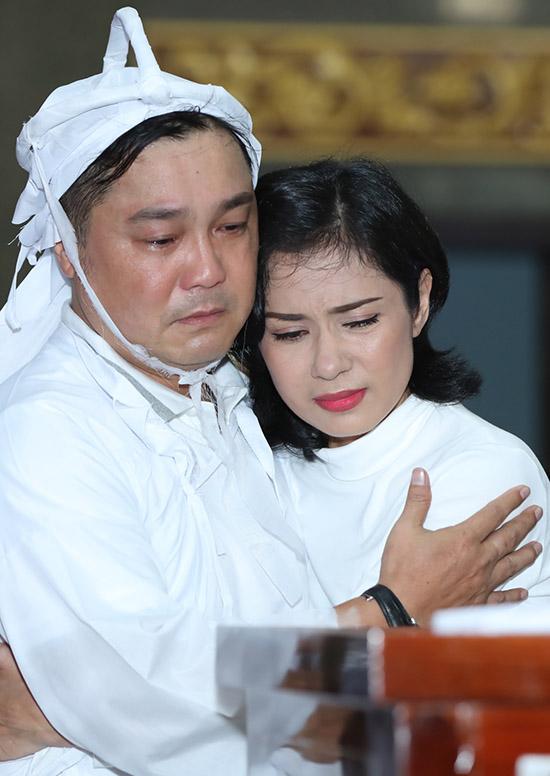 Việt Trinh ôm Lý Hùng an ủi, mong anh vững vàng vượt qua thời khắc khó khăn trong đời.