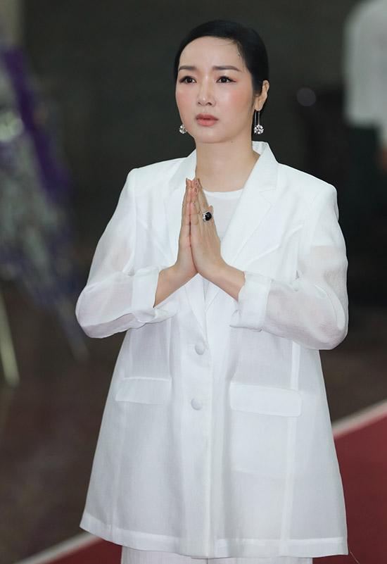 hoa hậu Giáng My nghe tin nghệ sĩ Lý Huỳnh qua đời cũng tới thắp nhang tiễn biệt ông, chiều 22/10.