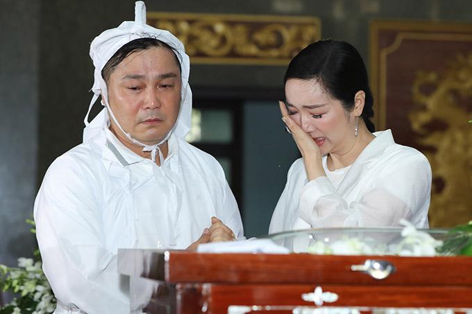 Giáng My khóc nức nở bên linh cữu cha Lý Hùng.