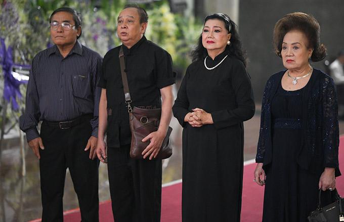 NSND Kim Cương (thứ ba từ trái qua) và nhiều đồng nghiệp cùng thời đến thắp cho Lý Huỳnh nén nhang từ biệt.