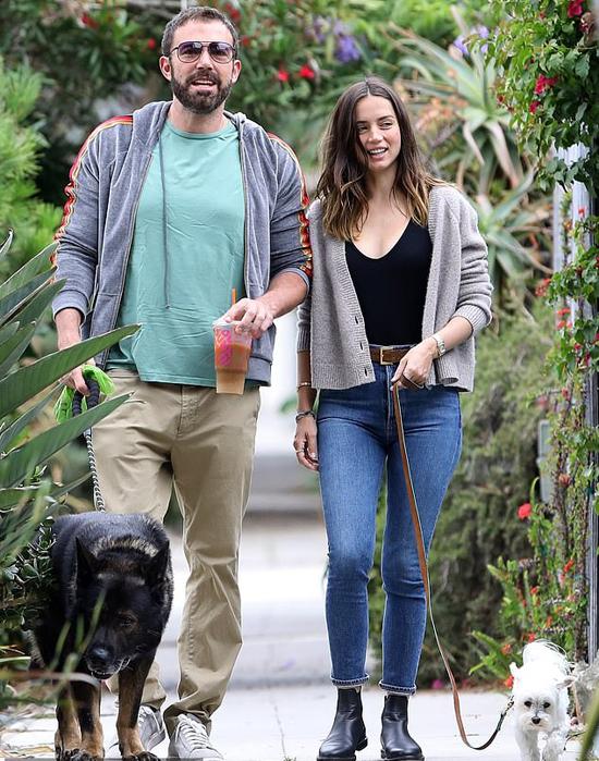 Ana De Armas hạnh phúc bên Ben Affleck vào hè năm nay.