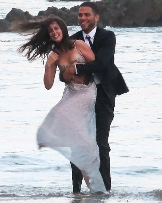 Ana De Armas và bạn diễn quay cảnh nô đùa, tán tỉnh trên bãi biển.