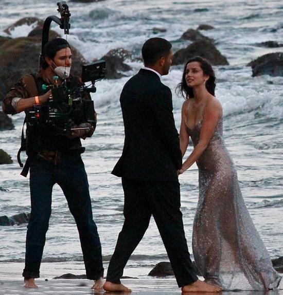 Cô đào người Cuba hiện hẹn hò tài tử Ben Affleck. Ana phải lòng ngôi sao Batman khi đóng cùng trong phim Deep Water đầu năm nay.