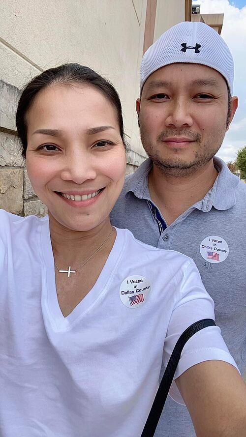 Vợ chồng ca sĩ Hồng Ngọc háo hức đi bỏ phiếu bầu cử tại Mỹ. Cô tiết lộ đã rất hồi hộp khi chọn cho tổng thống Donald Trump và mong nước Mỹ sẽ trở lại và vững mạnh như xưa.
