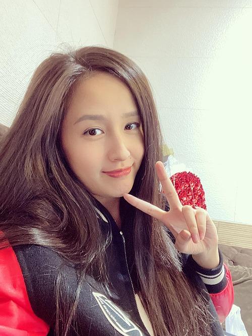 Hoa hậu Mai Phương Thúy khoe mới nhuộm tóc nâu, ca sĩ Noo Phước Thịnh liền vào bình luận thả thính: Em là cành cây, còn tôi là chiếc lá.