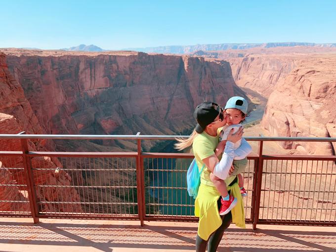 Hai mẹ con Thanh Thảo chinh phục đặt chân tới danh thắng vành móng ngựa Horseshoe Bend ở bang Arizona (Mỹ). Nằm trên dòng sông Colorado, nơi đây thu hút hàng triệu du khách ghé thăm. Nổi bật giữa vùng núi đá cao 200 m là một khúc sông màu xanh lục bảo uốn lượn, tạo nên khung cảnh ngoạn mục.