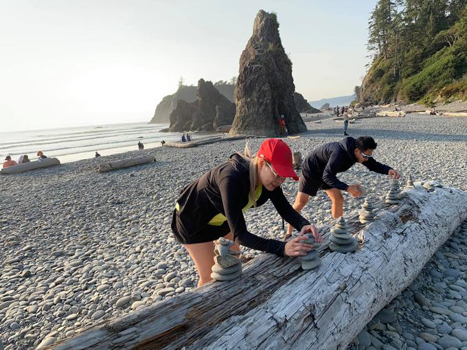 Cả hai hào hứng chơi trò xếp tháp sỏi mô phỏng những phiến đá khổng lồ bên bờ biển. Đây là hot trend mà bất cứ ai đến nơi đây cũng muốn trải nghiệm.