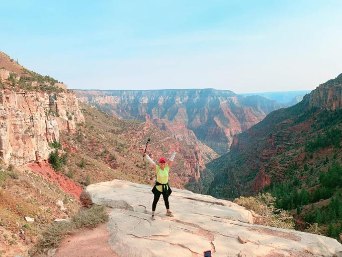 Cách đó không xa là vườn quốc gia Zion, cũng thuộc khu bảo tồn thiên nhiên phía tây nam bang Utah. Nơi đây được biết đến bởi những vách đá dựng đứng màu đỏ thuộc hẻm núi Zion.
