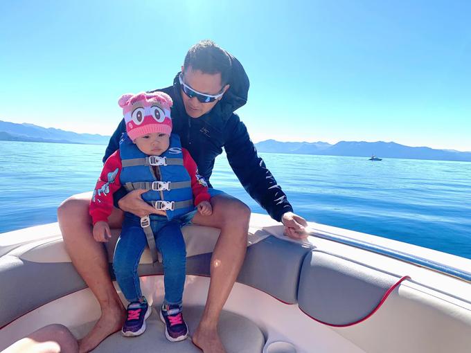 Gia đình đổi kế hoạch sang hoạt động tự lái tàu, chiêm ngưỡng cảnh đẹp trên hồ Tahoe. Hồ Tahoe là một hồ nước ngọt ở dãy núi Sierra Nevada, nằm dọc theo biên giới bang California và Nevada. Nơi đây sở hữu vẻ đẹp thanh bình, hồ nước xanh trong vắt, bao bọc xung quanh là rừng cây đang thay lá vàng vào mùa thu.