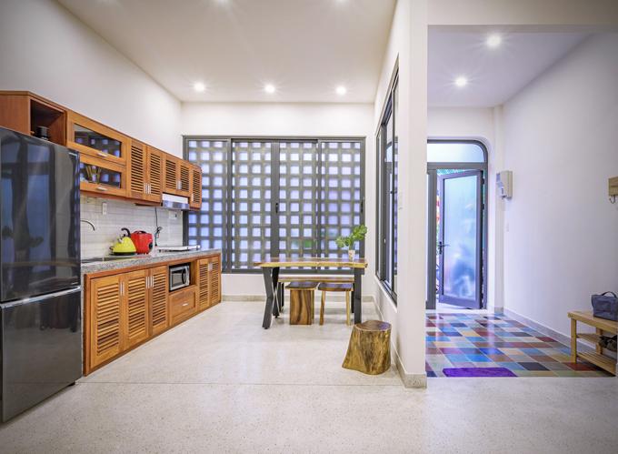 Bếp nằm ngay cạnh cửa vào của ngôi nhà.