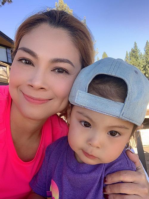 Sao nhìn mãi vẫn thấy không giống mẹ nhỉ, ca sĩ Thanh Thảo hỏi fan về bức ảnh chụp bên con gái.