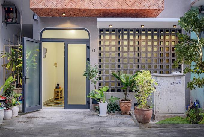 Trước cửa nhà được gia chủ trồng nhiều cây xanh, làm đẹp không gian sống.