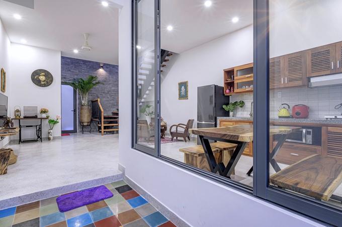 Công trình gồm có 3 phòng ngủ, một phòng khách, có bếp và sân chơi nhỏ cho trẻ con.