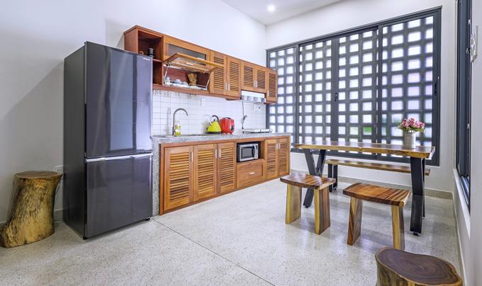Gia chủ mong muốn dù diện tích nhà nhỏ nhưng vẫn đảm bảo đầy đủ công năng sử dụng. Phòng khách không chỉ là nơi để tiếp khách mà còn là nơi tụ tập bạn bè. Còn bếp đáp ứng sự thông thoáng, bố mẹ có thể vừa nấu nướng, vừa quan sát được trẻ nhỏ vui chơi.