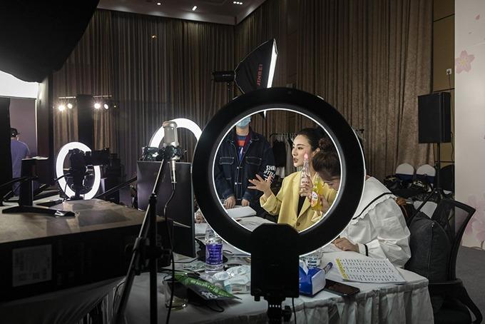 Nữ hoàng livestream Trung Quốc Huang Wei (Viya) có thể kiếm hàng triệu USD nhờ bán hàng qua mạng. Ảnh: Bloomberg.