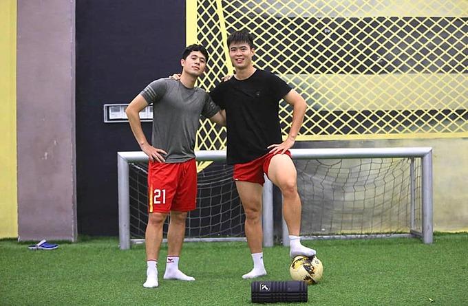 Cầu thủ Duy Mạnh đăng ảnh cùng Đình Trọng và động viên nhau cùng cố gắng.