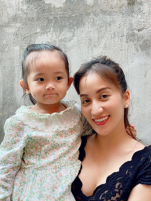 Biểu cảm dễ thương của bé Anna - con gái Khánh Thi.