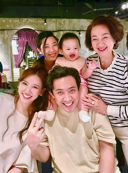 Vợ chồng Hari Won - Trấn Thành chúc mừng sinh nhật mẹ.