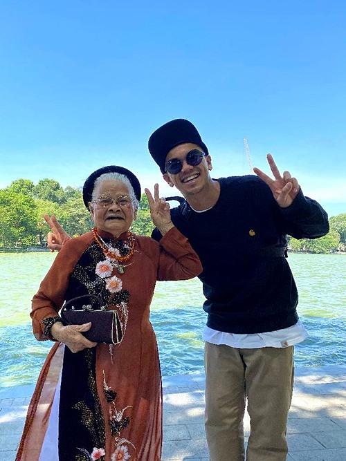 Hiếu hạnh phúc kinh khủng khiếp vì bà 93 tuổi mà khỏe và xinh xắn lắm. Bà dễ thương như cục kẹo, Trọng Hiếu chia sẻ.
