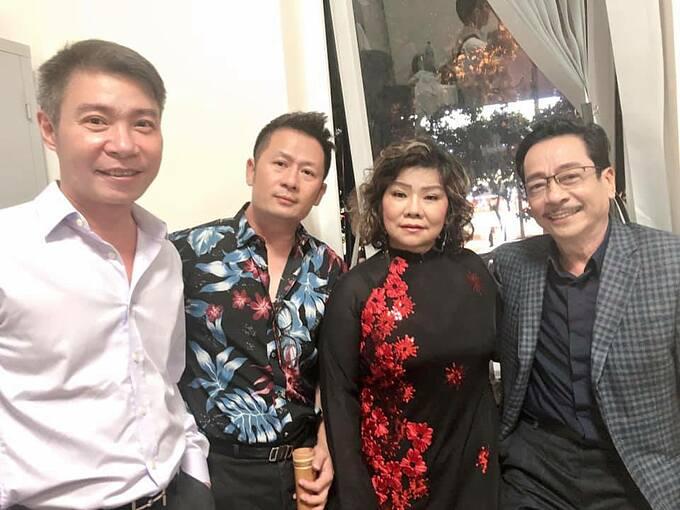 Ca sĩ Bằng Kiều có mặt ở Vinh cùng nhiều nghệ sĩ như Hoàng Dũng, Thanh Hoa, Công Lý... ủng hộ chương trình Ru Bão- hướng về miền trung.
