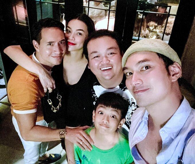 NTK Lý Quí Khánh đăng ảnh đi ăn cùng Kim Lý - Hồ Ngọc Hà, bé Subeo và một người bạn. Anh gọi Kim Lý là anh rể và khen nam diễn viên nói tiếng Việt như mưa rào, giọng dễ thương.