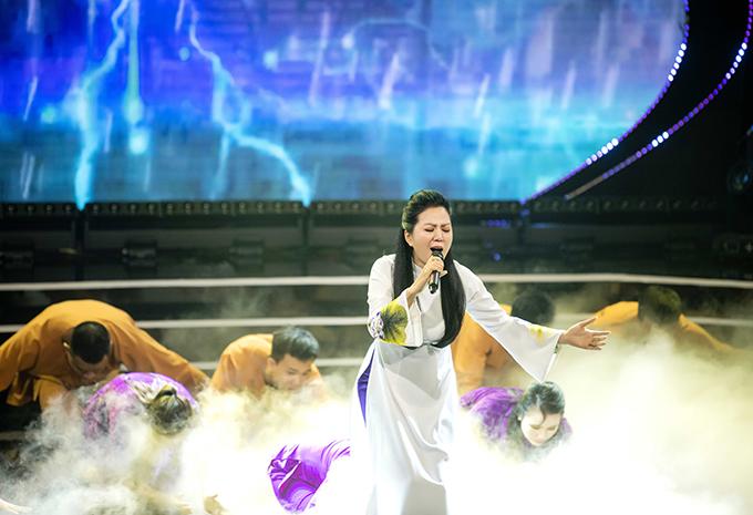 Ca sĩ Đinh Hiền Anh khi thể hiện ca khúc Ru bão.