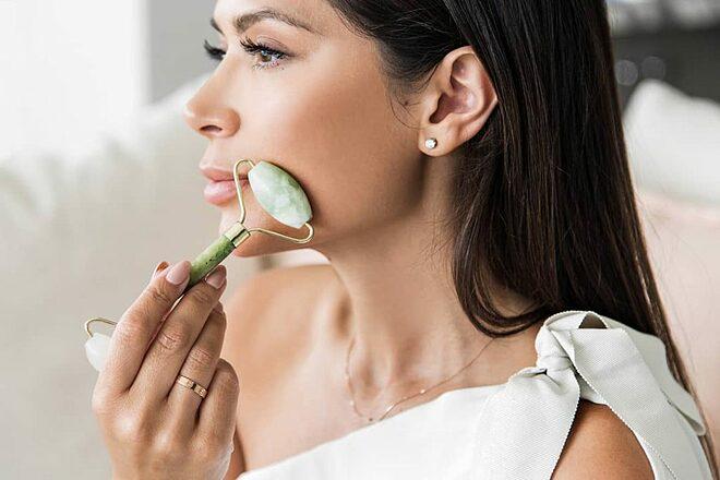 Massage da bằng cây lăn ngọc bích giúp tăng cường lưu thông máu, cho làn da hồng hào và mịn màng.