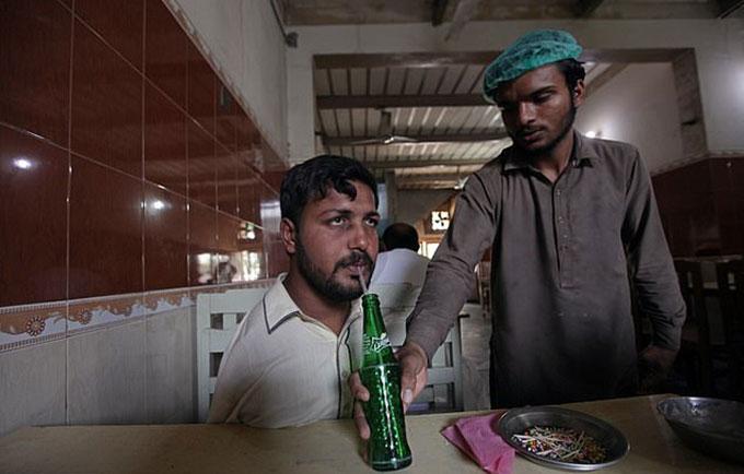 Ikarm được ăn uống miễn phí trong một số quán ăn ở địa phương. Ảnh: Reuters.