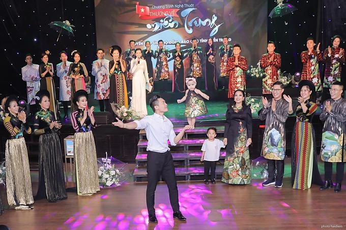 Con gái Quốc Cơ - Hồng Phượng lần đầu biểu diễn xiếc cùng bố trên sân khấu trước vài trăm khán giả.
