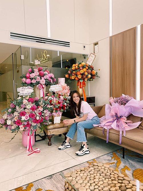 Hoa hậu Thu Hoài ngập hoa ngày sinh nhật tuổi 44.