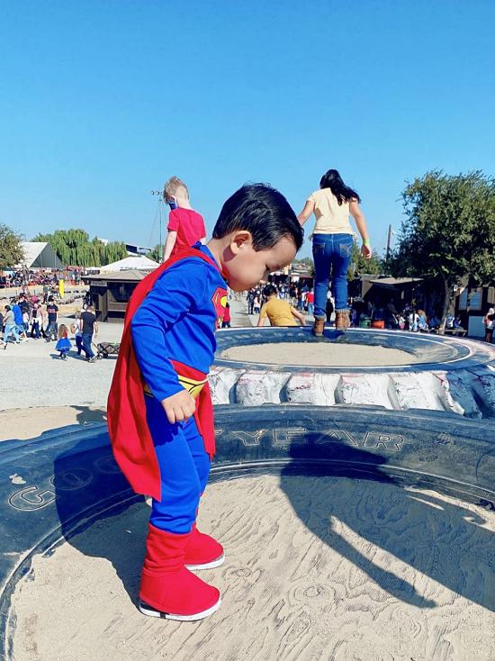 Phạm Hương hạnh phúc khi con trai nô đùa, có nhiều ký ức đẹp của tuổi thơ.