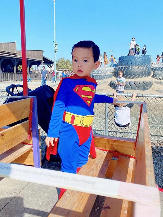 Max hiện đã đi học mẫu giáo. Nếu có thời gian rảnh cuối tuần, Phạm Hương đưa con ra ngoài vui chơi, hoạt động thể chất thay vì chăm chú vào Ipad như nhiều trẻ nhỏ khác.