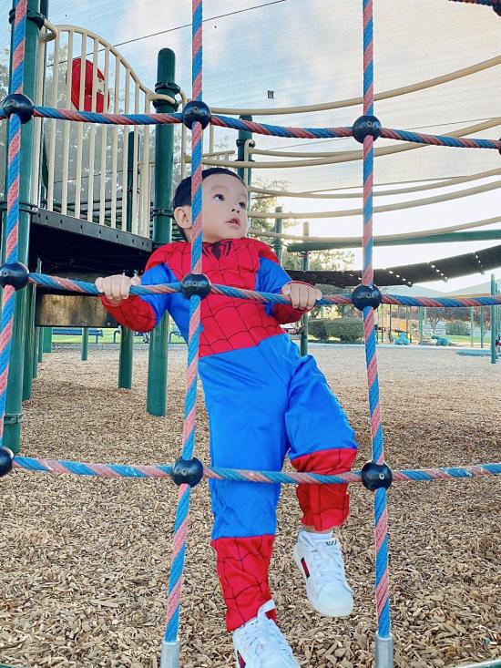 Một dịp khác, cậu nhóc thích thú biến thành Người Nhện, leo trèo ở công viên.