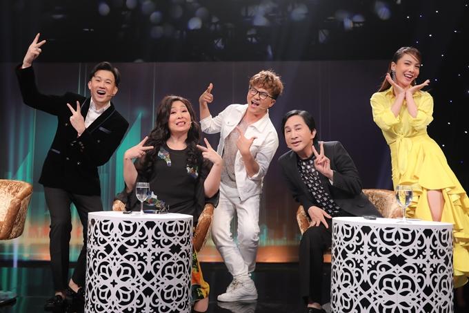 Dàn nghệ sĩ khách mời của chương trình (từ trái sang): ca sĩ Dương Triệu Vũ, NSND Hồng Vân, nghệ sĩ Đại Nghĩa, NSƯT Kim Tử Long, ca sĩ Yến Trang.