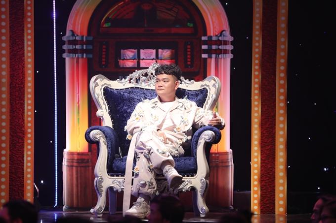 Trước đó trong phần biểu diễn thế thân, Trịnh Tú Trung khiến dàn khách mời của Ca sĩ ẩn danh cười không ngớt bởi tài nói chuyện hài hước và duyên dáng.
